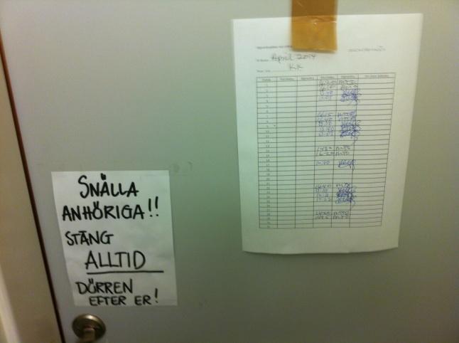 Från insidan av dörren till anhörigtoaletten på perinatalavdelningen