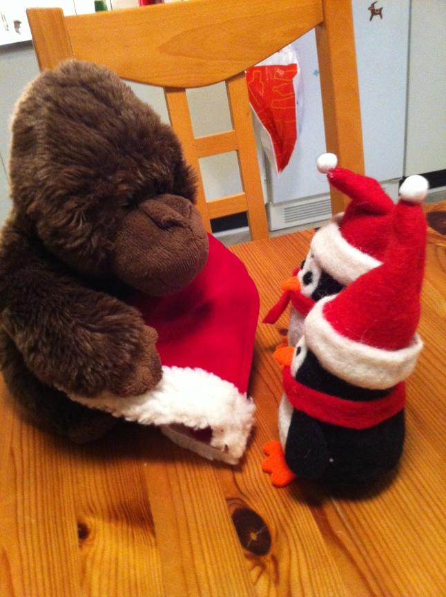 Åsa-Nisse är redan gorilla, men vill också gärna försöka bli pingvin. Här ses han på introduktionsmötet med sina nya faddrar. På pingvinitetet har alla tomteluvor på sig.